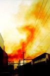 在西安和平工业园区的一化工企业车间飘出大量的红黄色烟雾,人们不敢靠近。