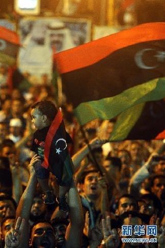 8月21日凌晨,反对派支持者参加在利比亚班加西举行的游行集会。新华社发(穆罕默德·欧迈尔摄)