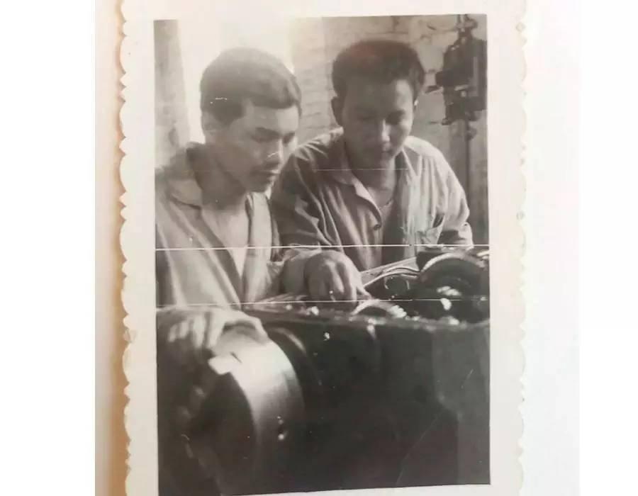 父亲当学徒的时候,左一是我的父亲