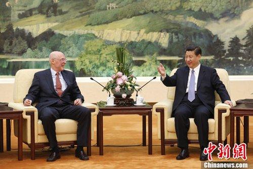 习近平会见美国前国务卿基辛格和前财长保尔森