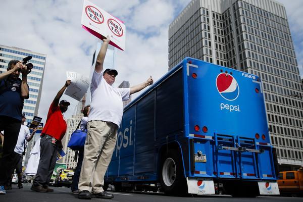 """喝可乐也要交税 美国费城开征""""汽水税"""""""