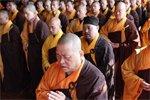 中国僧人在法会上诵经祈祷