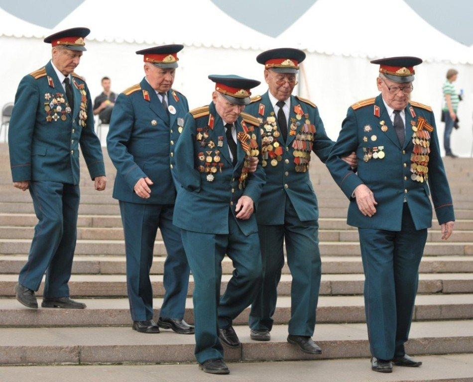 几名二战老兵搀扶着下阶梯