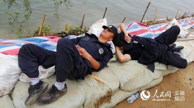 千万别翻身!池州民警连夜奋战后背靠洪水入睡