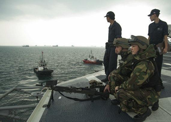 美军航母南海密集活动 出现在中国填海现场附近