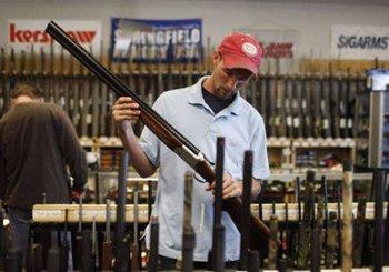 枪支店里美国人在各种枪支中寻找自己的最爱