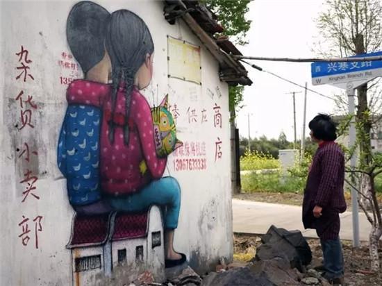 帅老外用破墙绘画来抒发情感