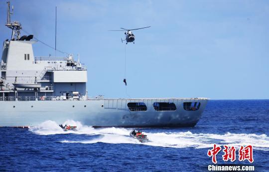 中国海军第23批护航编队返航途中开展攻防演练