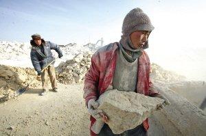 智障工人正在运送原石。