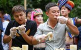 """海南三月三设""""百鸡宴"""" 游客比赛吃鸡"""