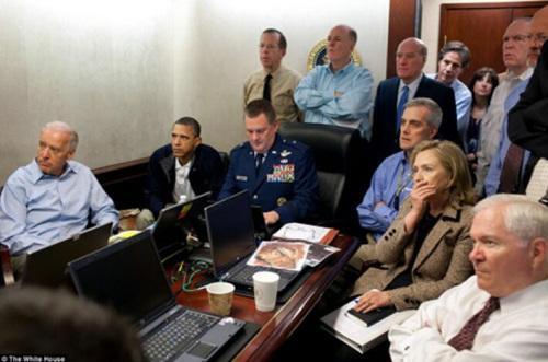 资料图:美总统奥巴马、副总统乔拜登、时任国务卿希拉里克林顿及其他安全官员在观看刺杀拉登行动实时视频