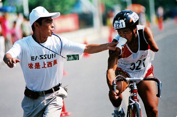 第七届摄影金像奖记录类获奖作品《真情挡不住》。王铁君