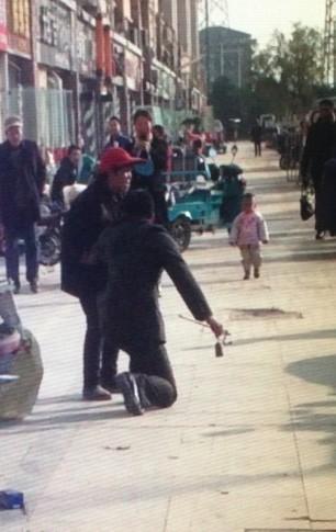 南京城管为劝离占道经营老人 与老太互跪(图)