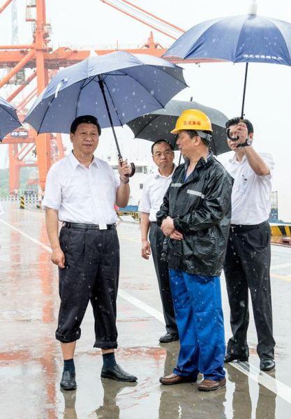 习近平冒雨考察武汉新港