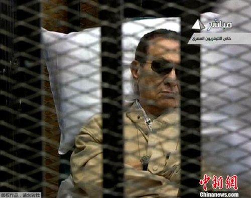 埃及前总统穆巴拉克躺担架入法庭 审判仅半小时