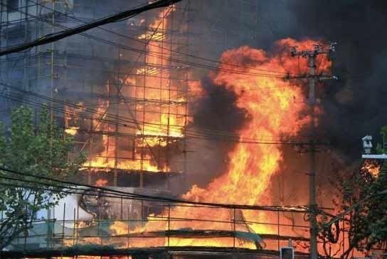 2010年11月15日14时,上海市中心胶州路靠近余姚路附近一座28层公寓楼发生火灾。(资料图片)