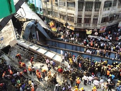 印度一在建天桥倒塌 至少15死100人受伤