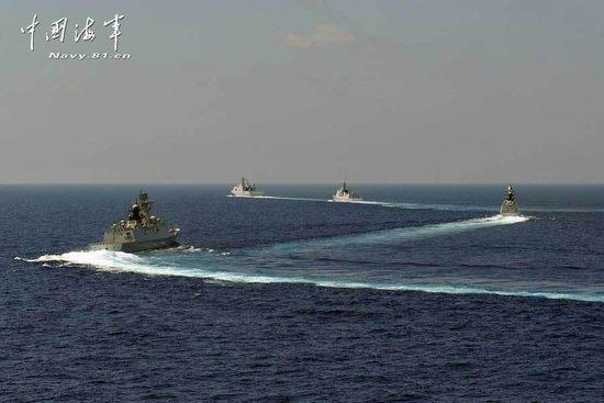 南海舰队编队在南沙与空军进行联合突击演习