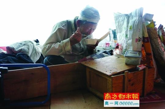 77岁拾荒字典说英语教高中生老人拟编工资单词高中教师巩义图片