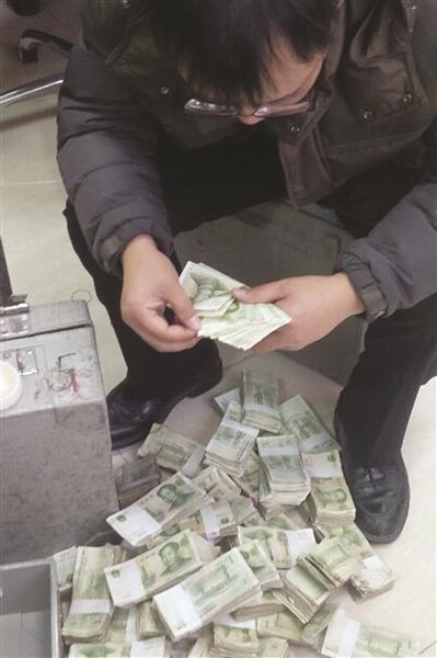男子运15万张纸币存银行 摞起来有30层楼高(图)