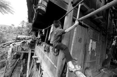 单亲留守儿童困守广西山村 孩子幼时母亲因贫出走