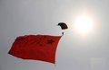 独家视频:中国空军跳伞运动大队表演跳伞