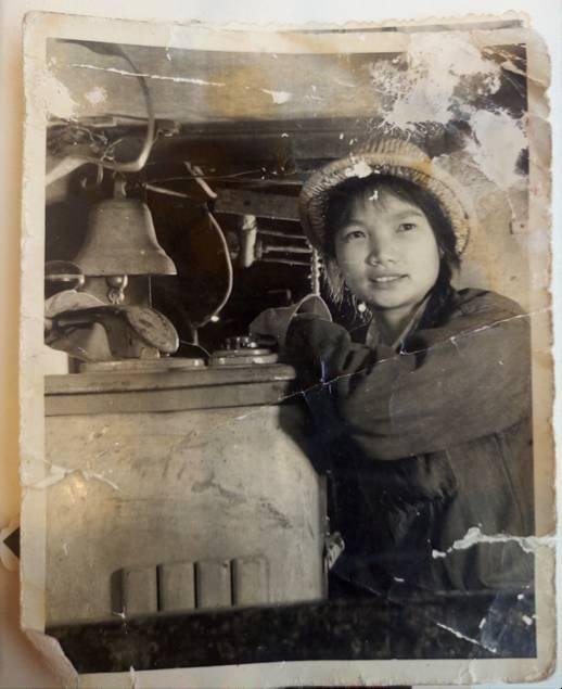 坐在电机车里的母亲,那年她20岁