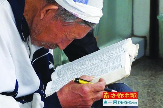 77岁拾荒字典说英语教高中生老人拟编单词上海中物高理考纲图片