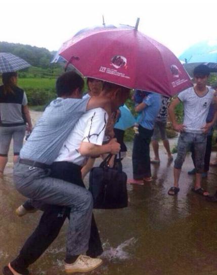 江西贵溪水灾救援现场干部怕湿鞋要人背被免