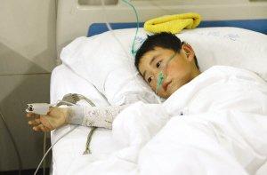 江苏丰县校车事故幸存7岁男孩回家后发烧呕吐