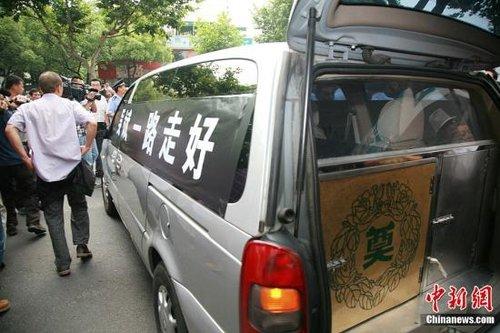 """上万杭州人为""""最美司机""""送行 50辆出租车护送"""