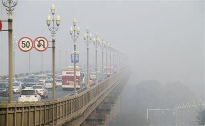 昨日,车辆行驶在雾霾笼罩的南京长江大桥南引桥上。当日,南京市将霾橙色预警升级为红色预警,这是南京今年第一次发布空气污染红色预警。新华社发