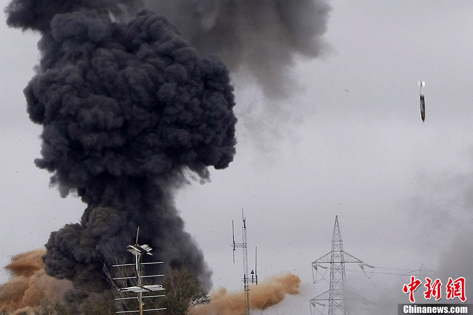 记者实拍卡扎菲住所附近导弹落下瞬间
