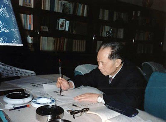 """新华网今日刊登组图纪念胡耀邦逝世24周年,图为1989年,胡耀邦在书房写下了""""杜修贤作品选""""。"""