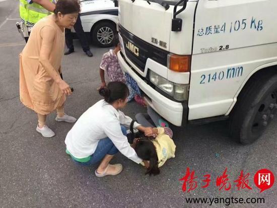 夫妻为拒交闯红灯罚款 竟把女儿往货车底塞!这是亲生的吗?