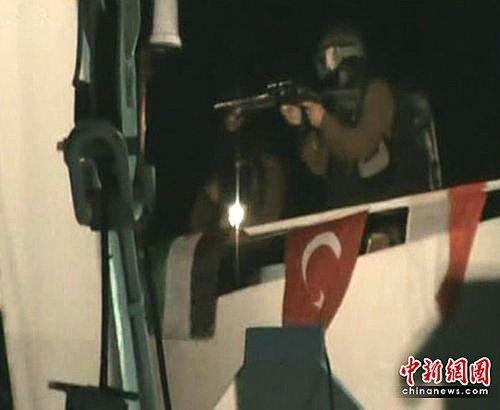 组图:以军舰向国际救援船队开火造成多人死伤