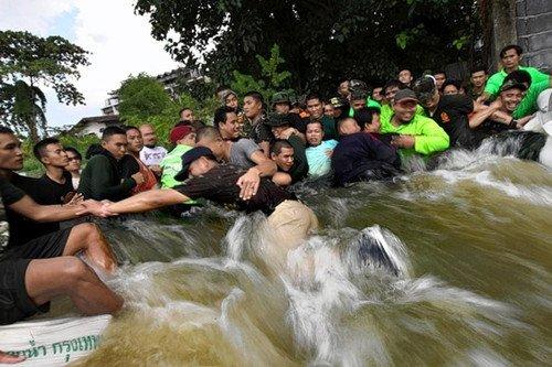 泰国洪灾致381人亡 英拉誓言保卫曼谷中心(图)