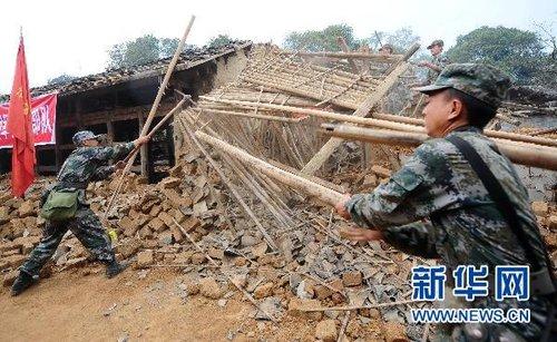 盈江地震:救灾部队进驻村寨抢险忙