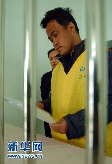 4月6日,被告人王先民在甘肃省白银市白银区看守所内翻看判决书。新华社记者郭刚摄