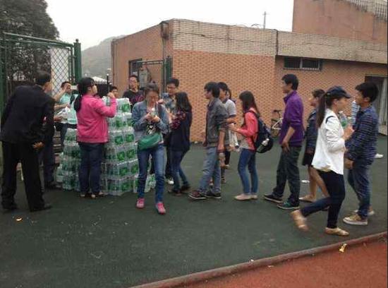 华润怡宝将水送到灾区人民手中