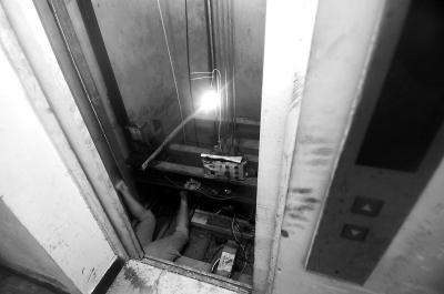 福州一名电工钻入电梯轿厢顶部被夹死(图)