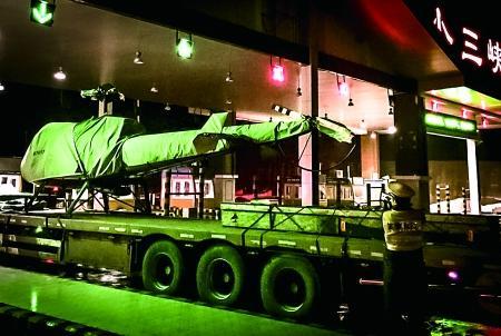 重庆货车运价值千万直升机过收费站被卡住(图)