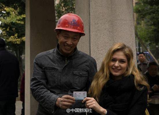 乌克兰美女帮农民工抢火车票 网友:好想去搬砖