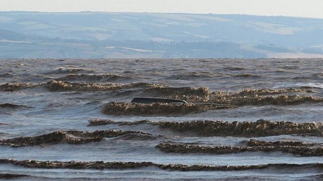 男子开车海边赏落日 越野车遭海水淹没