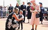 英国两岁男童给女王献花后竟嚎啕大哭