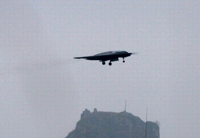 """中国""""利剑""""隐身无人攻击机成功首飞"""