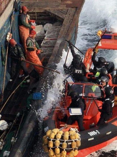 韩媒称中国渔民刺伤4名韩国公务员 其中1人坠海