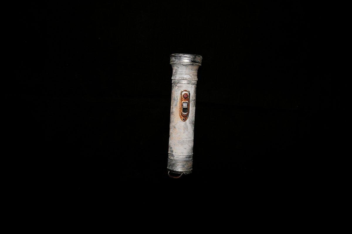 手电筒。这支被发现的手电筒,而今看来也是比较崭新的。而手电筒里并没有发现电池。