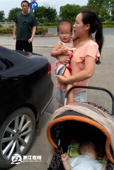 杭州2岁女童马路中央独自蹒跚 3拨路人保驾护航