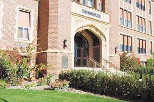 """狄克森州立大学是美国北达科他州的一所公立大学。它在上周五的一份审计报告中被曝""""极度缺乏控制和监管""""。"""